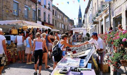 © Claude Fougeirol - Animation dans la Rue Simon Vialet à l'occasion du marché hebdomadaire traditionnel à Vernoux-en-Vivarais