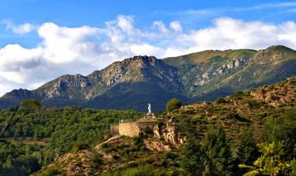 ©mairiedestpierredecolombier - Saint pierre de colombier - Statue de la vierge et le suc de Chalambelle ©mairiedestpierredecolombier