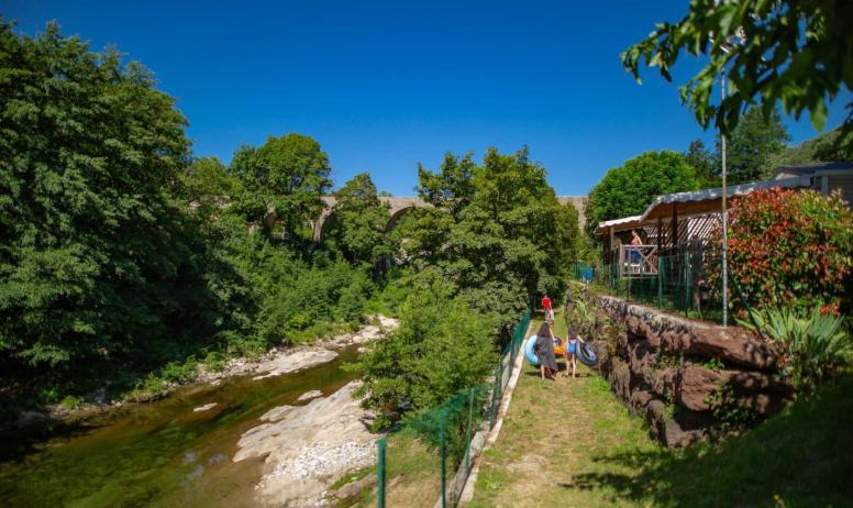Teyssier maud - vue bungalow sur rivière