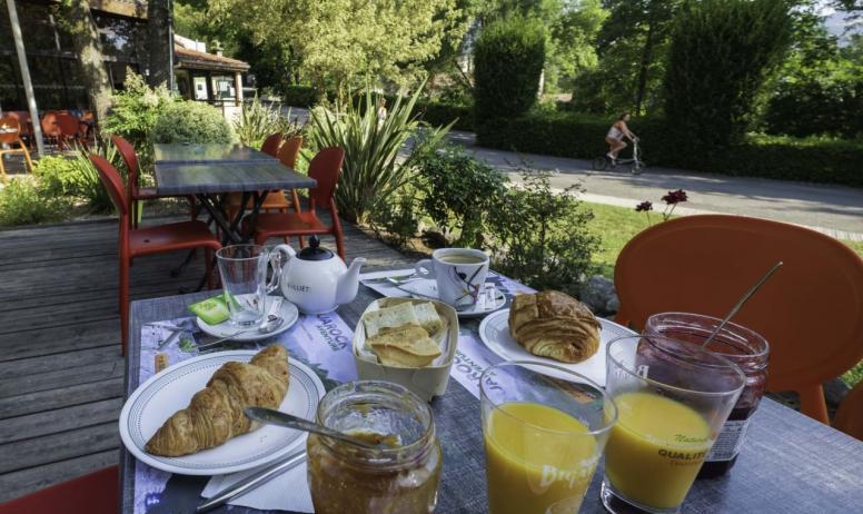 ArdecheCamping - Petit déjeuner en terrasse
