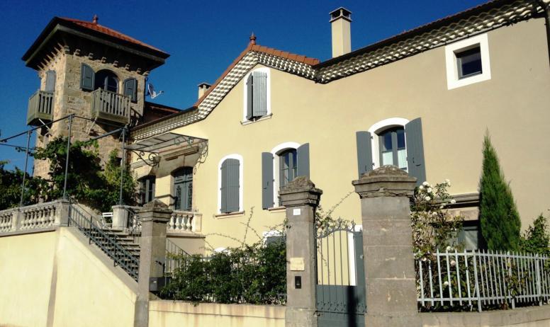 © La Villa des Charmilles - La maison vue de la Place Rioufol