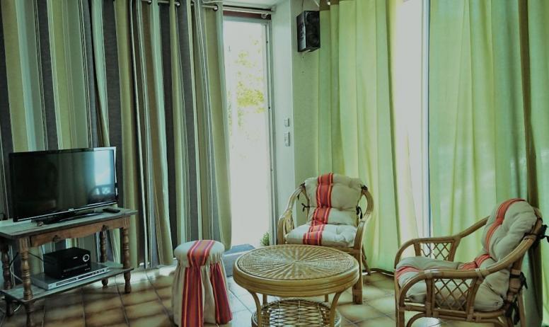 Clévacances - Coin salon avec chaine HIFI, lecteur DVD, écran plat