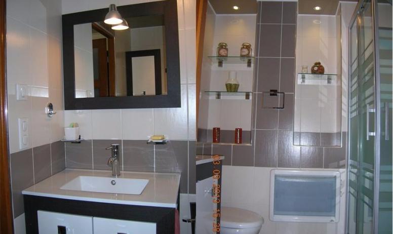 Clévacances - Salle d'eau avec WC, douche et lavabo