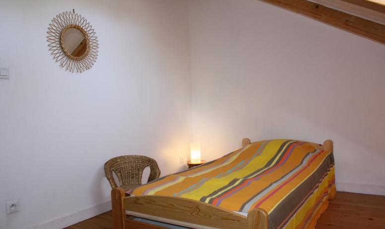 Gîtes de France - A l'étage : chambre avec 2 lits en 90 cm X 190 cm