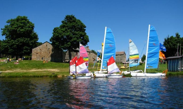 Gîtes de France - Activités nautiques au lac de Devesset à 5 km