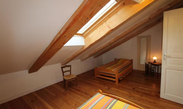 Gîtes de France - Autre vue de la chambre mansardée de l'étage avec 2 lits en 90 cm X 190 cm + 1 lit gigogne en 90 cm.