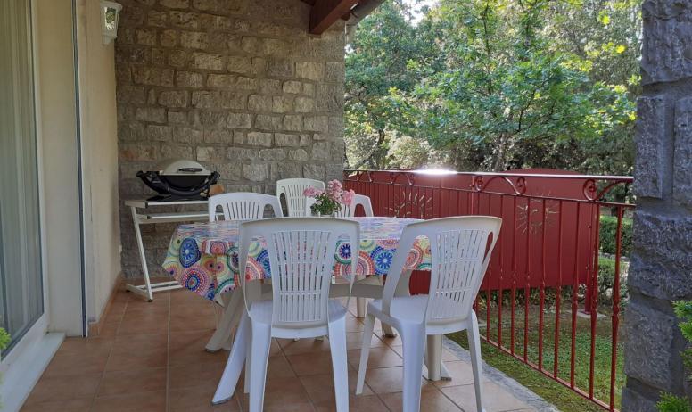 Gîtes de France - terrasse maison jaune