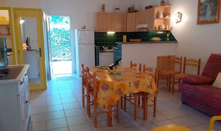 Gîtes de France - entrée maison jaune pièce à vivre