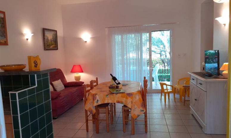 Gîtes de France - pièce à vivre - maison jaune -