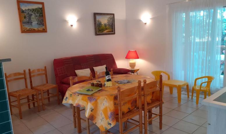 Gîtes de France - pièce à vivre maison jaune