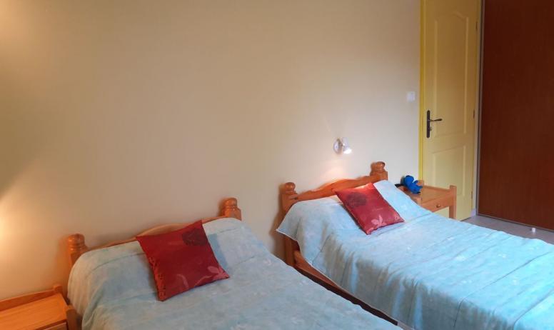 Gîtes de France - chambre 2 lits en 90 maison jaune