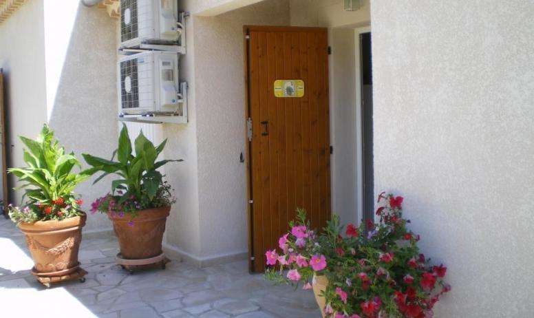 Gîtes de France - entrée maison jaune