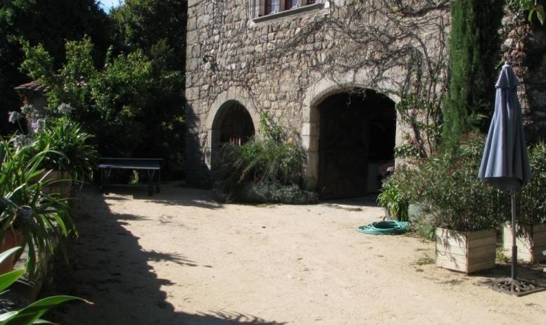 Gîtes de France - La cour devant le gîte, place barbecue, ping-pong..