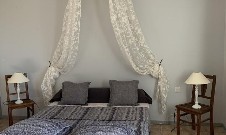 © Au maillot blanc - La chambre grise (chambre pour 1 ou 2 personnes)