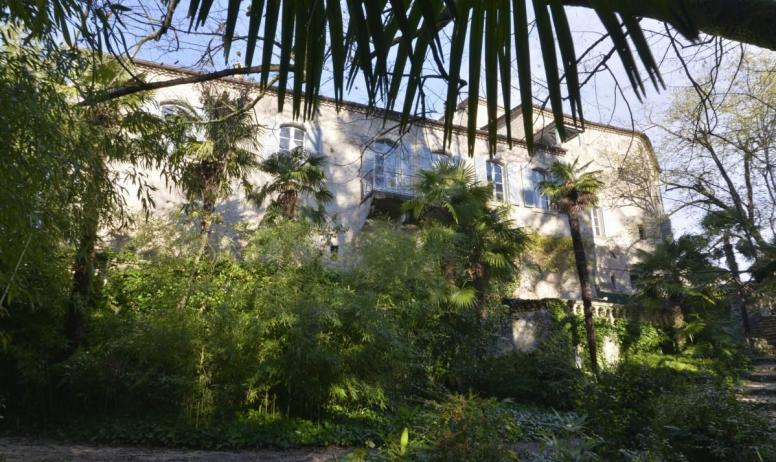Gîtes de France - Le Château d'Uzer, la façade Est vue du parc, avec l'aile XIXème où se trouvent certaines chambres.