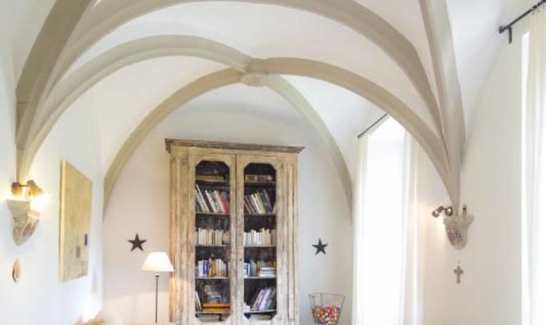 Gîtes de France - Au Château d'Uzer, la bibliothèque, aménagée dans l'ancienne chapelle médiévale (XVème), avec ses belles croisées d'ogive gothiques, vous invitent au calme et au repos...