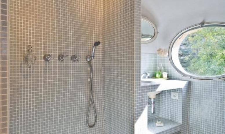 """Gîtes de France - Au Château d'Uzer, la salle d'eau de la chambre """"du Général"""" avec sa douche à l'italienne."""
