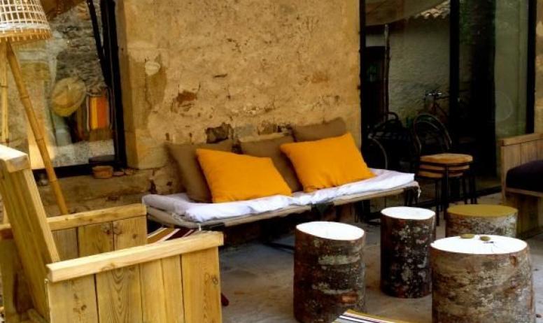 Gîtes de France - Au Château d'Uzer, la cour du château, pour se détendre, prendre l'apéritif, se reposer...