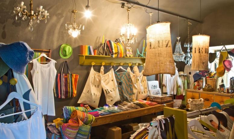 """Gîtes de France - Au Château d'Uzer, Véronique a ouvert sa boutique """"la Cerise sur le Château"""" où se mêlent objets insolites, antiquités, trouvailles et créations textiles."""