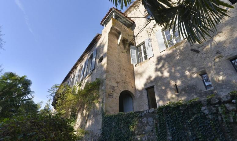 Gîtes de France - Le Château d'Uzer, un petit château de village (XIIème, XVème, XIXème).