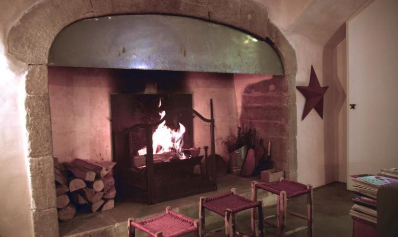 Gîtes de France - Le Château d'Uzer, c'est  en toute saison, même en hiver... Le cheminée du salon.