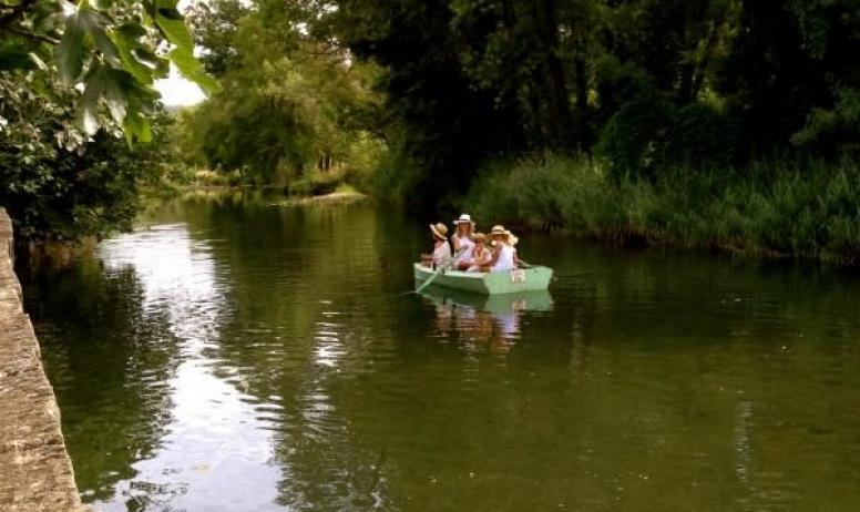 Gîtes de France - Au Château d'Uzer, la rivière, au fond du parc pour de douces balades en barque...