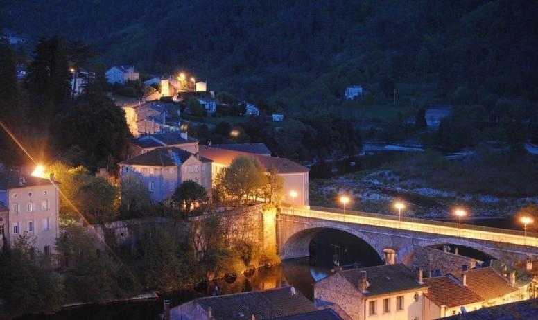 Gîtes de France - Vue nocturne sur le village depuis la terrasse