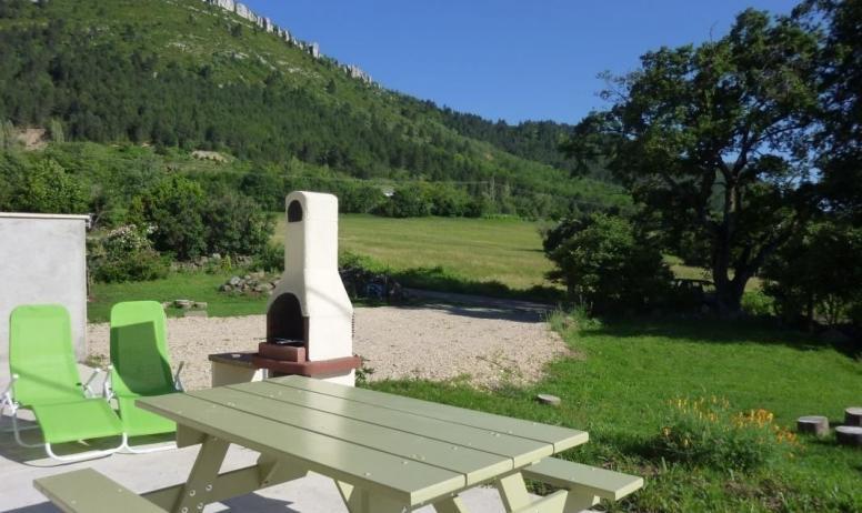 Gîtes de France - relaxs table pique nique;et belle vue