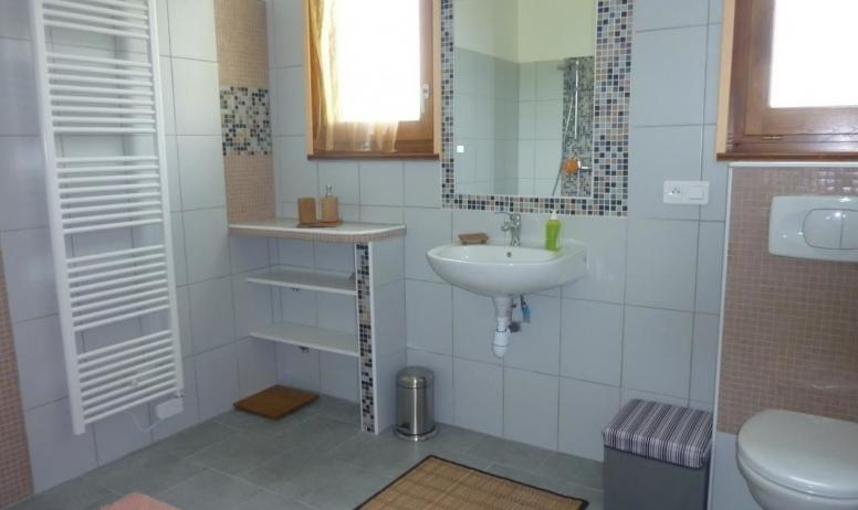 Gîtes de France - Salle d'eau avec douche à l'italienne.