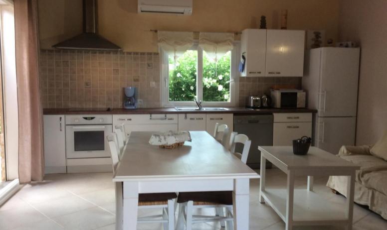 Gîtes de France - À gauche sortie sur terrasse, au fond cuisine, à droite salon