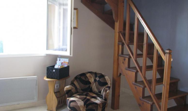 Gîtes de France - Coin lecture de la documentation et escalier menant à mezzanine