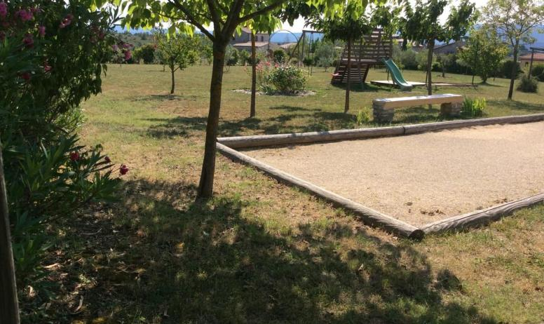 Gîtes de France - Le vaste terrain commun avec ses aires de jeux eux aussi communs