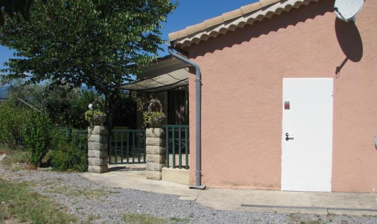 Gîtes de France - Porte blanche : lingerie et local vélos et à sa gauche entrée dans le jardinet privé.
