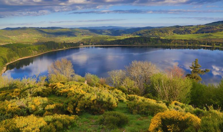 ©C.Fougeirol-ADT07 - Le lac d'Issarlès au printemps