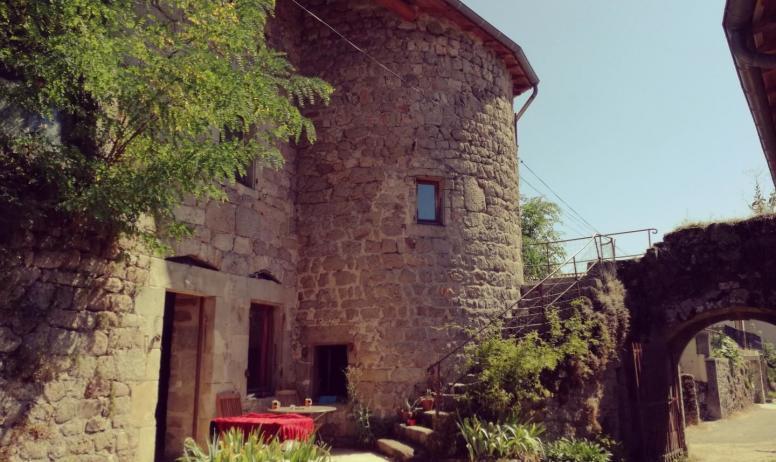 Gîtes de France - Vue de l'entrée de la partie Gite de la tour avec sa terasse