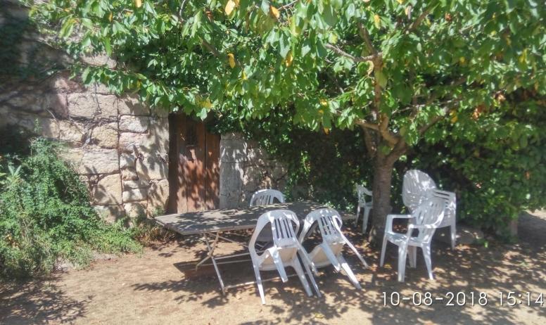 Gîtes de France - Table extérieur a l'ombre du cerisier