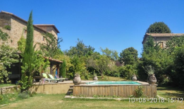 Gîtes de France - vue de la piscine depuis le début du jardin