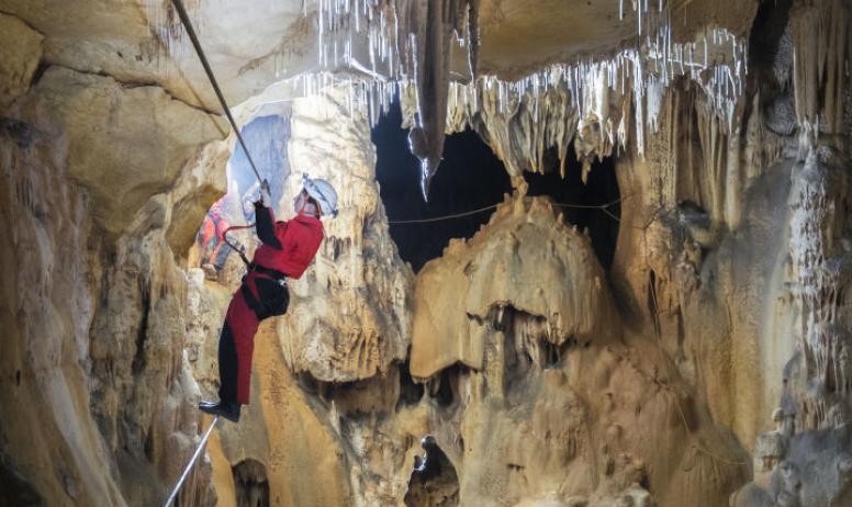 - Traversée sous les stalactites