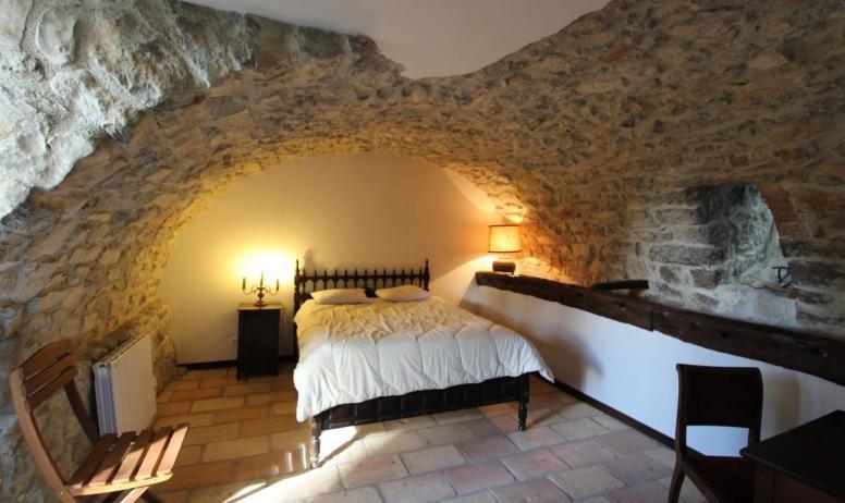 """Gîtes de France - chambre 4 """"Mangeoire"""" entièrement voutée, accès par le jardin. 1 lit 140"""