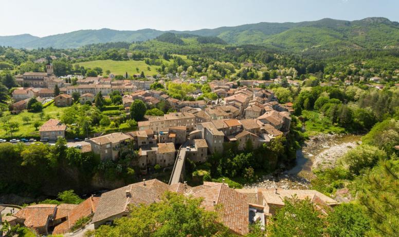 ©S.BUGNON - Jaujac - Le village vue aérienne du Chastelas
