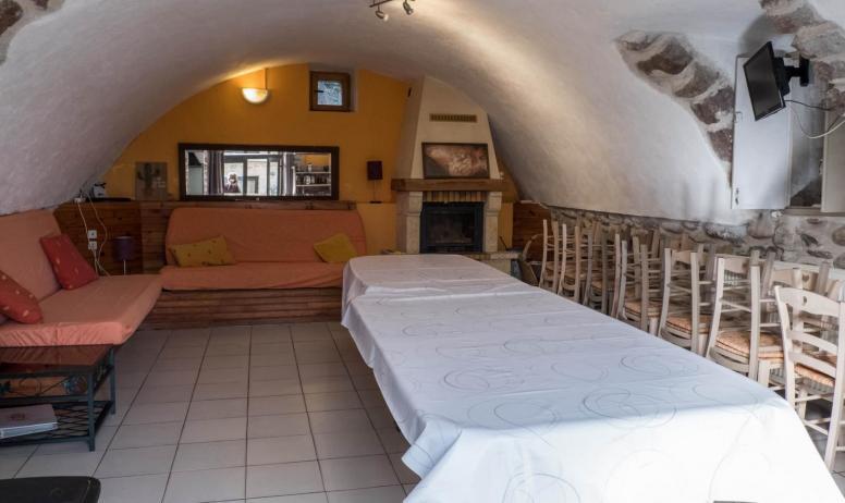 Gîtes de France - salle à manger, coin repos avec cheminée et TV