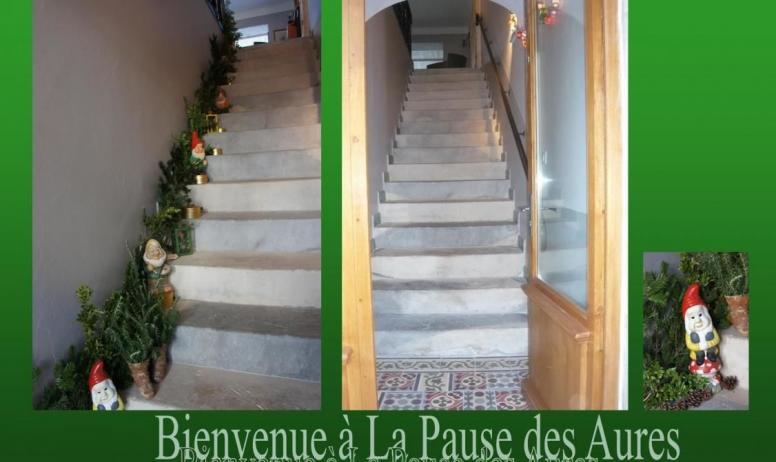 Gîtes de France - Entrée: le gîte occupe le premier et second étage d'une maison de village