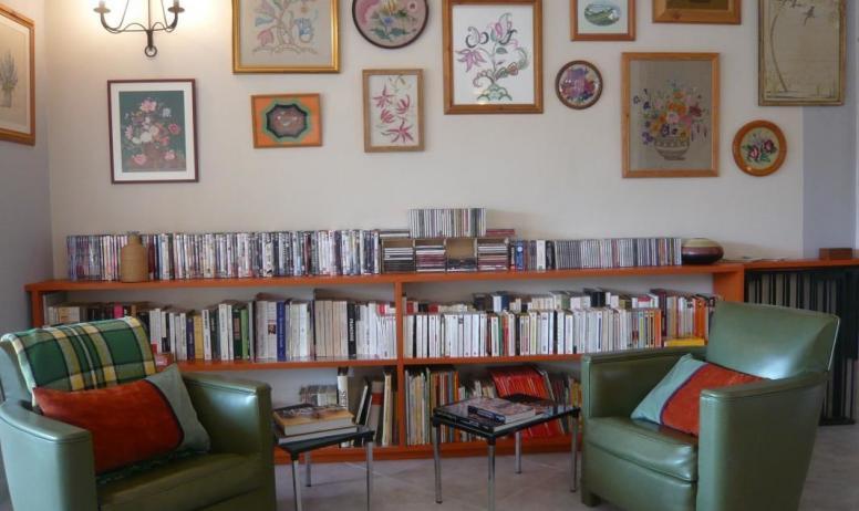 Gîtes de France - 1er étage: séjour/coin bibliothèque. Barrière de sécurité enfants à déployer (visible dans le prolongement de la bibliothèque à droite de la photo)