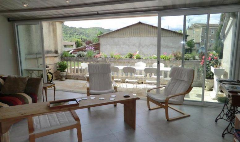 Gîtes de France - 1er étage: Séjour/salon et grande baie vitrée ouvrant sur la terrasse.