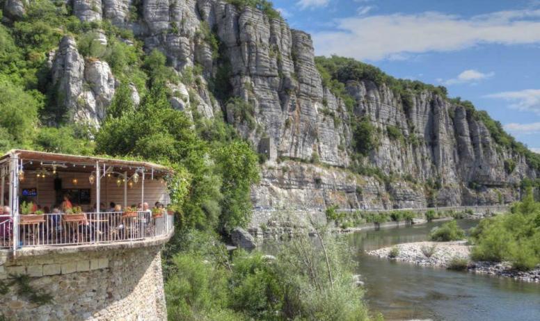 Clévacances - Vue des falaises au cœur du village