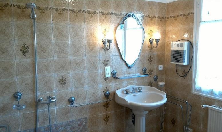 Gîtes de France - La salle d'eau et sa grande douche à l'italienne.