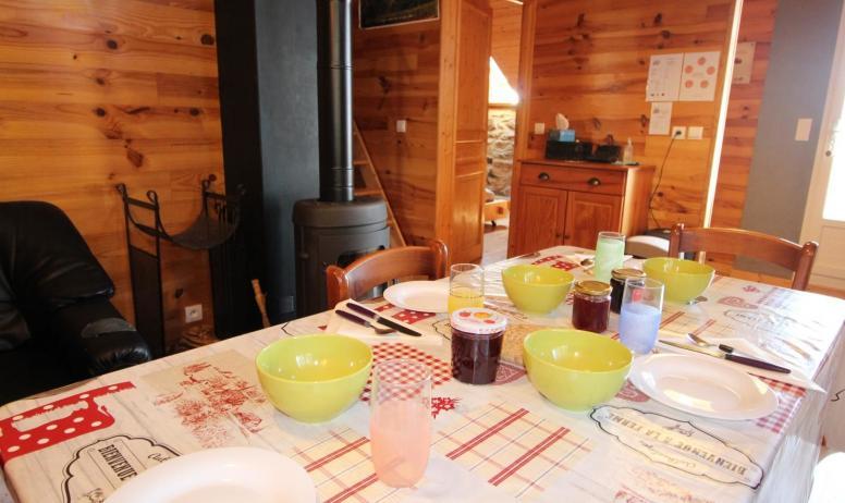 Gîtes de France - Petit déjeuner devant le poêle à bois