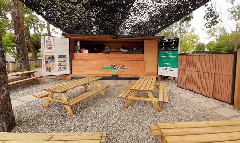 © S.A.S. Ardecho Wake Park - La terrasse du bar-snack