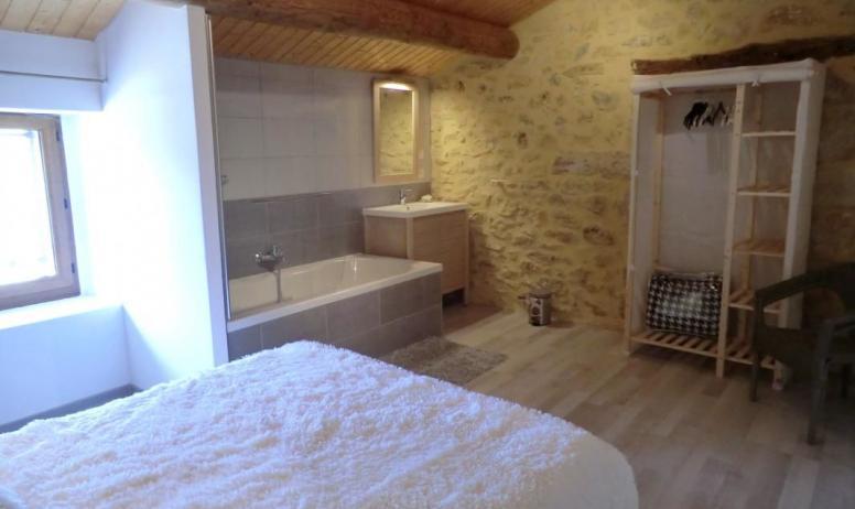 Gîtes de France - salle de bains ouverte sur la chambre