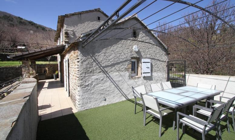 Gîtes de France - terrasse privée du Gîte en partie ombragée en été